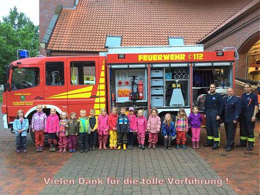 Abschlussfoto mit allen Kindern und den Feuerwehrkameraden.  (c) Kindergarten Rasselbande
